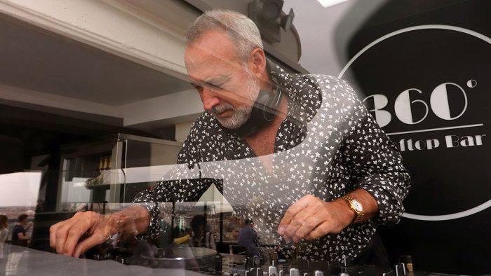 Luis Riu am DJ-Pult auf der 360º-Terrasse des Hotels Riu Plaza España in Madrid.
