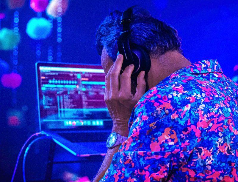 Luis Riu con los cascos de DJ en la Riu Get Together Party en el Hotel Riu Tequila, en México