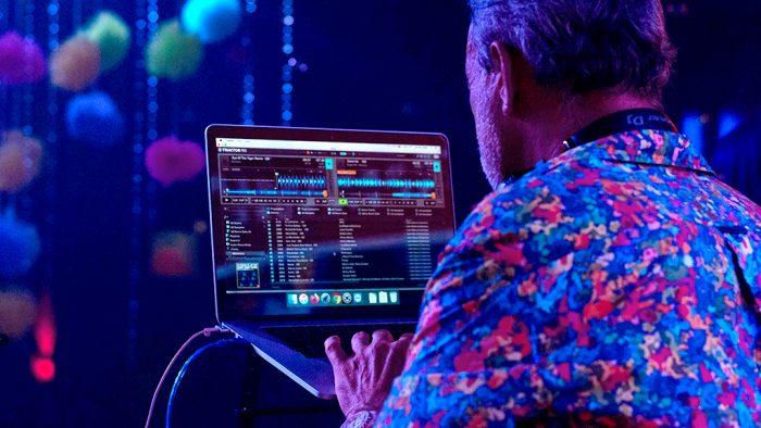 Luis Riu trabaja con su lista de canciones en una sesión como DJ en México.