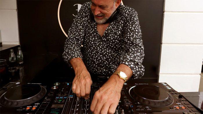 Luis Riu con su mesa de mezclas Pioneer en una sesión de música en la terraza 360 del Hotel Riu Plaza España.