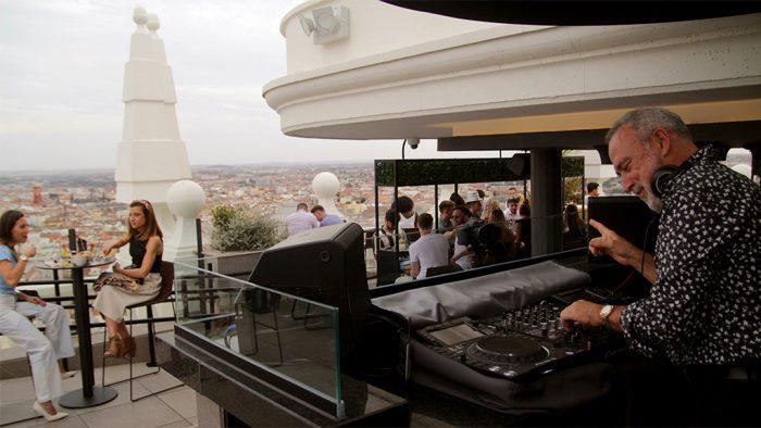 Luis Riu pinchando en una sesión como DJ en la terraza del Hotel Riu Plaza España en Madrid.
