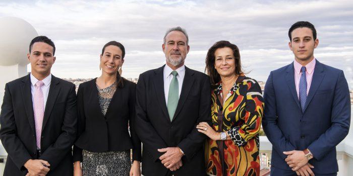 Luis Riu, en el centro, con su esposa, Isabel, y sus hijos Luis, Naomi y Roberto Riu, en la inauguración del Riu Plaza España